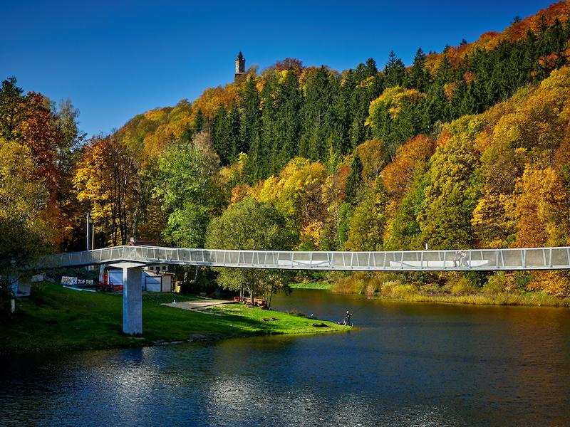 Jezioro Bystrzyckie, w tle wieża Zamku Grodno